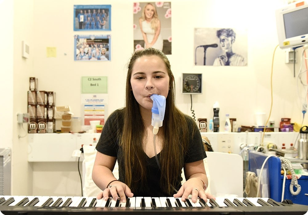 Cystic Fibrosis patient playing keyboard - Sydney Children's Hospital Foundation