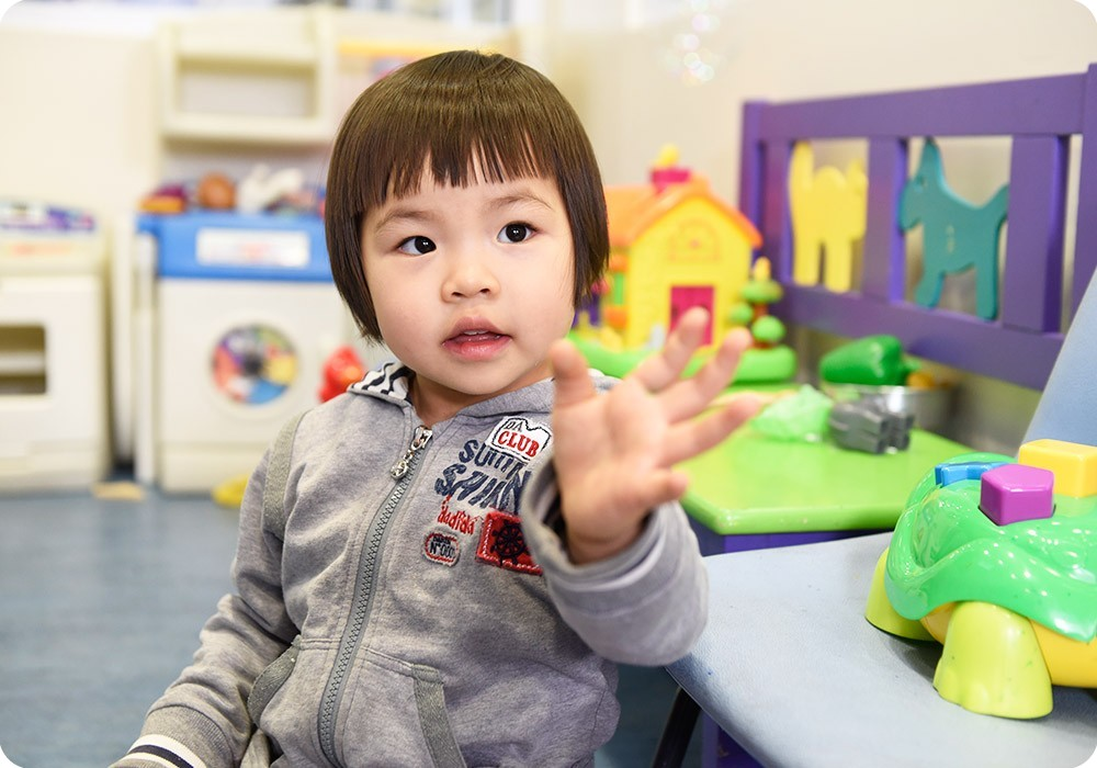 Patient waving in hospital playroom - Sydney Children's Hospital Foundation